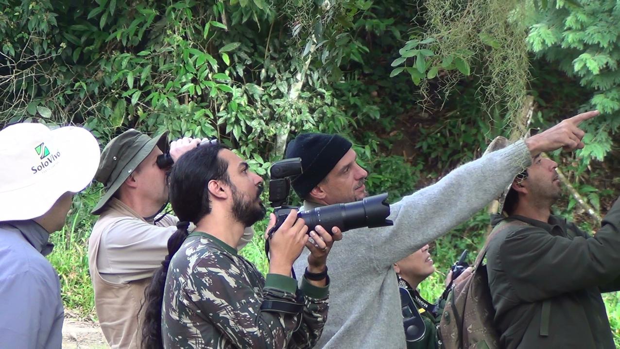 Luciano indicando a localização da ave
